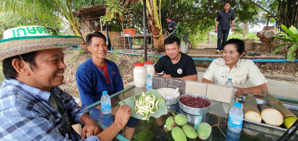 """บทสนทนาของเราวันนี้คือ โอกาสเกิดใหม่ของภาคเกษตรไทย ที่คนรุ่นใหม่ได้เข้ามาเอี่ยวมากขึ้นตามลำดับ (ขอบคุณพี่น้อย-นิภาภรณ์ สนิทพันธุ์"""" เกษตรอำเภอเมืองอ่างทองในขณะนั้น (ขวาสุด) แรงผลักดันสำคัญของเกษตรกรรุ่นใหม่และได้ทำให้ทีมงานเกษตรก้าวไกลได้มาพบแลกเปลี่ยนเรียนรู้กัน"""