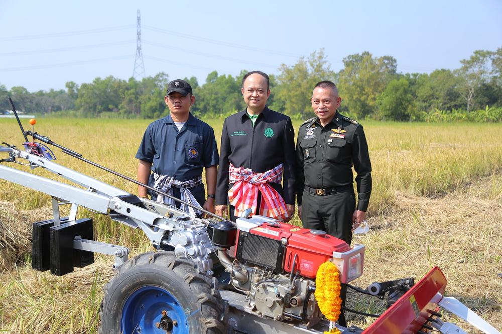 ดร.ทองเปลว กองจันทร์ (คนกลาง) ปลัดกระทรวงเกษตรและสหกรณ์