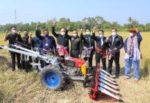 รัฐมนตรีเกษตรฯ ทดสอบรถเกี่ยวข้าวเดินตาม หนุนใช้เทคโนโลยีและนวัตกรรมลดต้นทุน