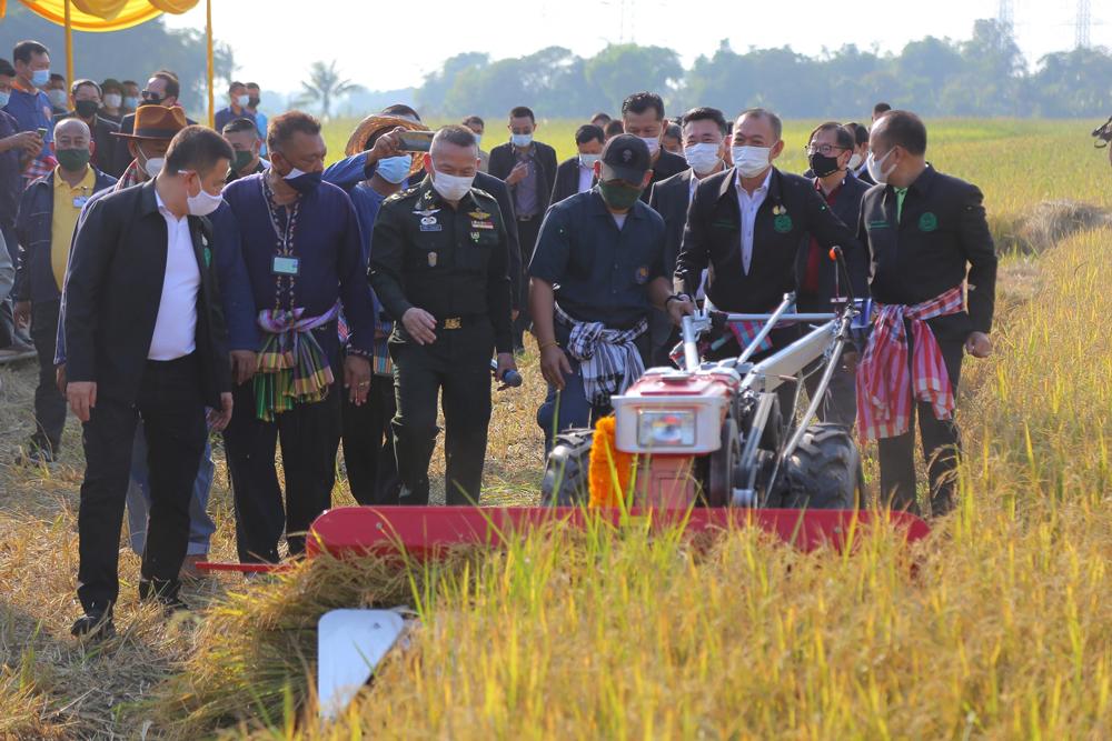 ดร.เฉลิมชัย ศรีอ่อน รัฐมนตรีว่าการกระทรวงเกษตรและสหกรณ์ กำลังทดสอบรถเกี่ยวข้าวแบบเดินตาม
