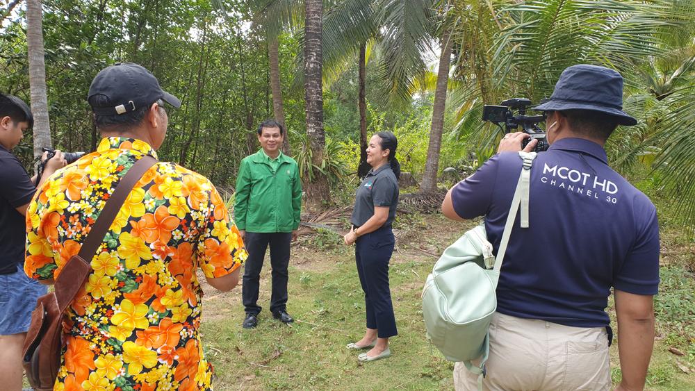 คุณนพดล พลปิยะ ผู้จัดการ ธ.ก.ส.สาขาเกาะช้าง ให้สัมภาษณ์ถึงการสนับสนุน Flukie's House รวมถึงกิจการที่เกี่ยวกับการเกษตรที่อยู่บนเกาะช้าง