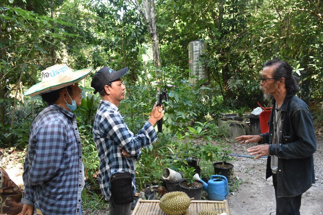 """ระหว่างสัมภาษณ์ถ่ายทำเรื่องราว โดย """"น้าตู่"""" และทีมงานเกษตรก้าวไกล (ภาพโดย จตุพล เกษตรก้าวไกล)"""